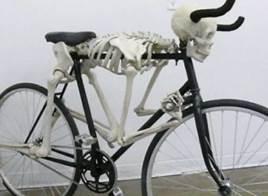 rad mit skelett - Fietsen op zijn creatiefst – Radfahren besonders kreativ