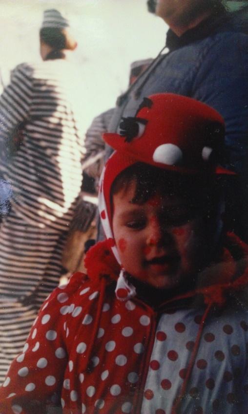 Kind im Clownskostüm