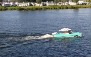 PKW auf dem Wasser